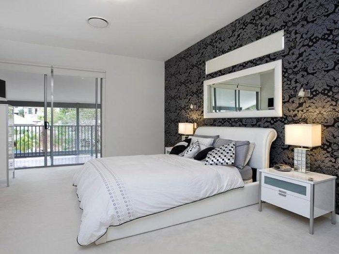 Чёрный с серебряным цвет стен в спальне
