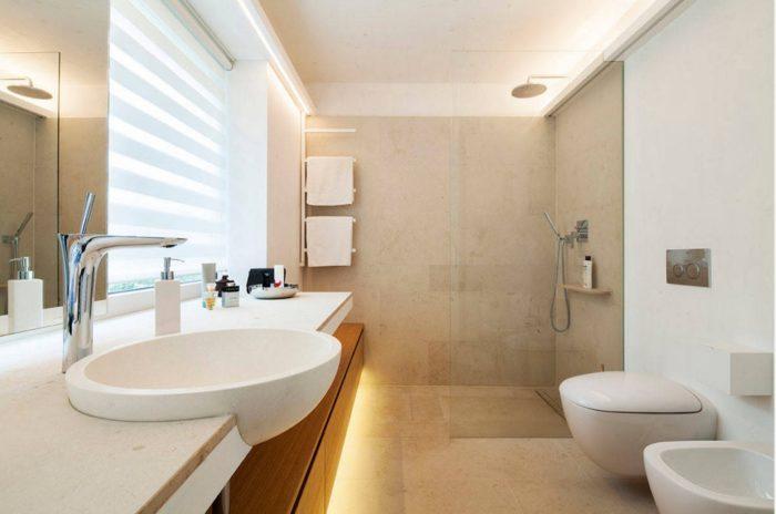 Шикарный дизайн ванной с душем
