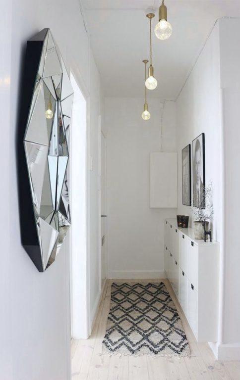 Широкий белый ламинат в коридоре