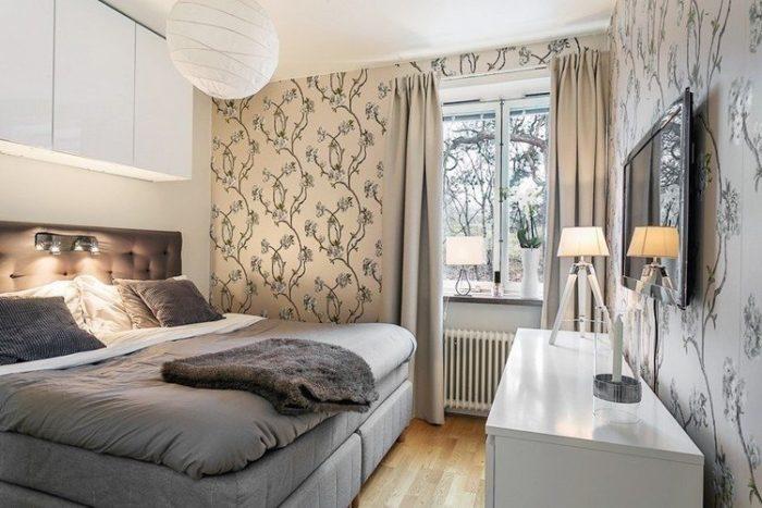Шкафы над кроватью в малогабаритной спальне