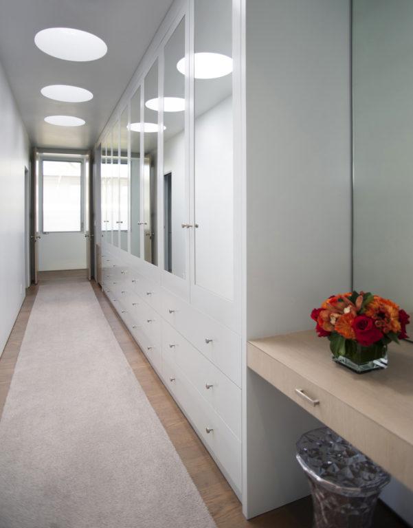 Шкаф на всю длину коридора