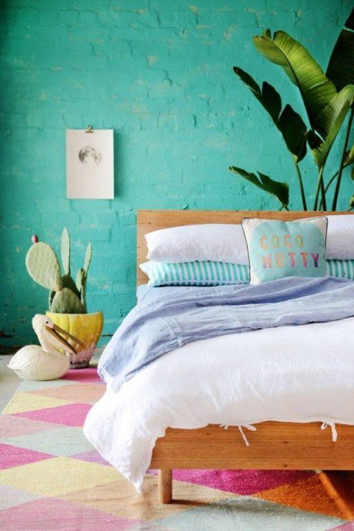 Яркая бирюзовая спальня