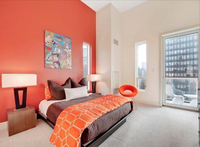 Ярко-красная акцентная стена в спальне