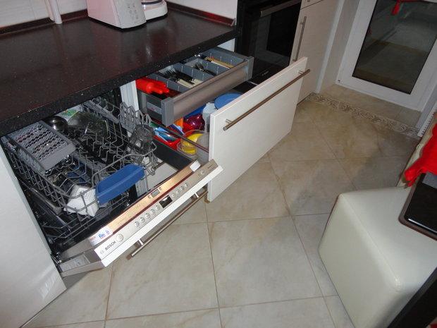 Гарнитур со встроенной посудомойкой и выдвижными ящиками