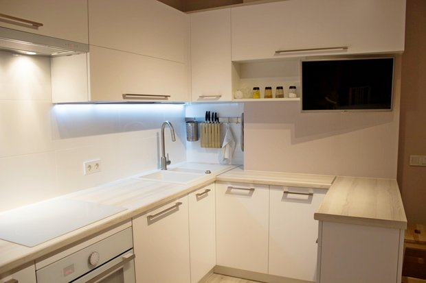 Г-образная белая кухня