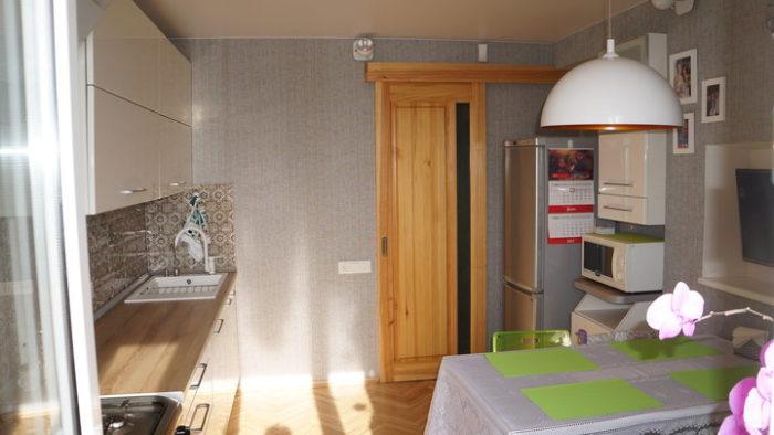 Раздвижная дверь на маленькой кухне