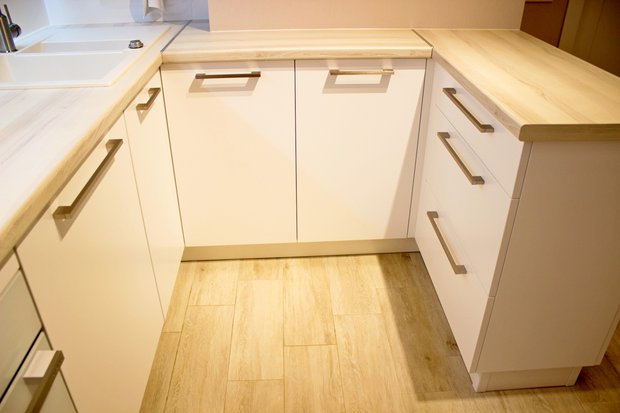 Распашные дверцы на углу кухни