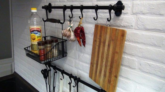 Рейлинги на фартуке маленькой кухни