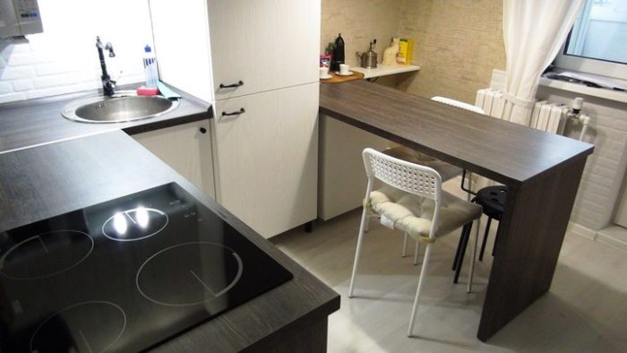 Светлый гарнитур для маленькой кухни