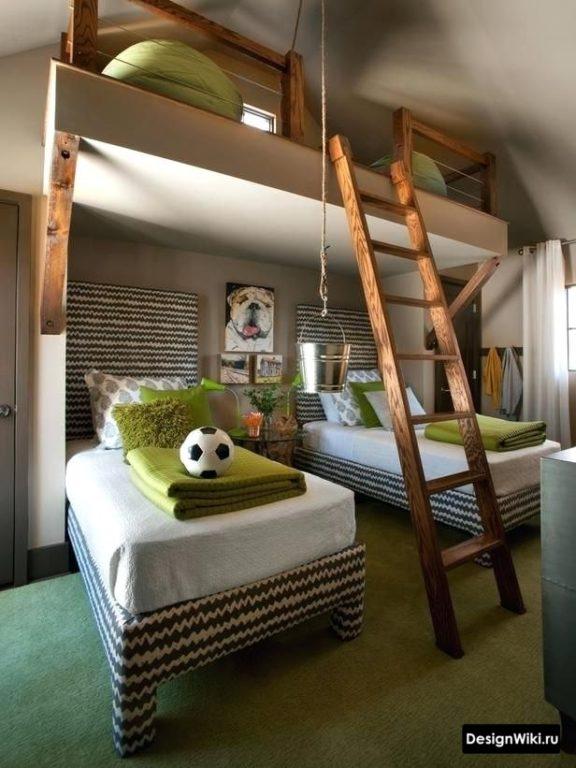 Бежевая комната для мальчиков с кроватью-чердаком