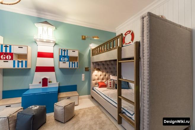 Бирюзовая стена и мягкая двухъярусная кровать в детской