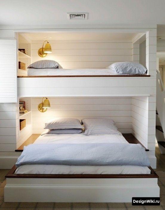 Большие двухспальные кровати в детской спальне для двух мальчиков