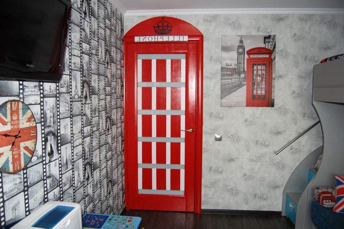 Дверь стилизованная под красную телефонную будку