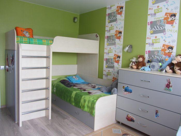 Две кровати для двух детей на разных уровнях