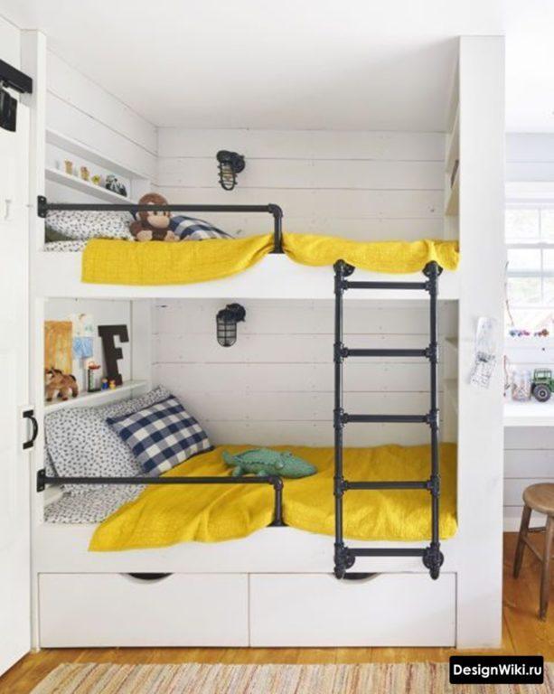 Двухъярусная белая кровать с желтым бельем для двух мальчиков #интерьер #детскаякомната