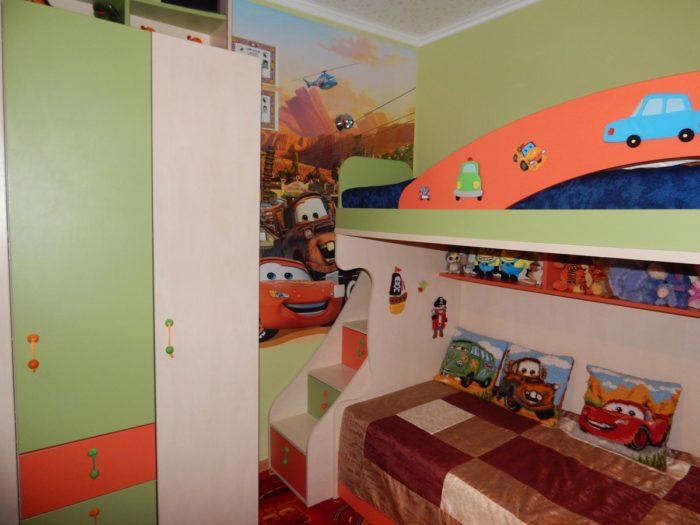 Двухъярусная кровать для мальчиков в детской