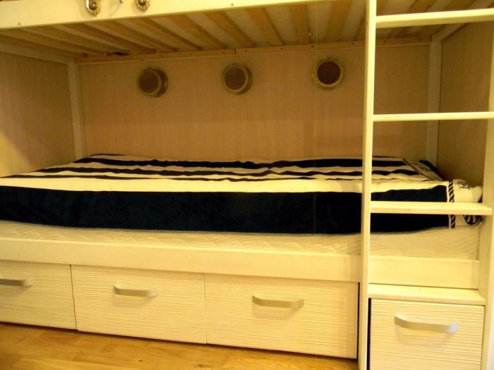 Двухъярусная кровать с выдвижными ящиками