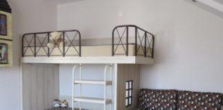 Двухъярусная кровать с современным дизайном для троих детей