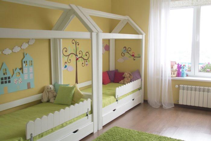 Дизайн детской для разнополых кровати в ряд