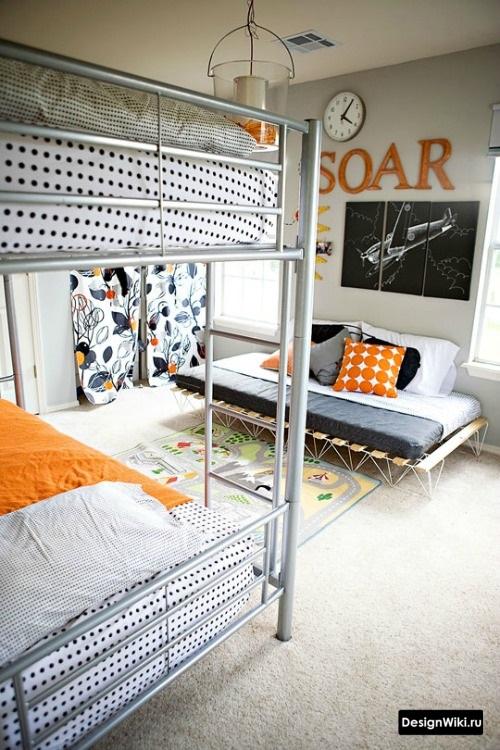 Железная двухъярусная кровать в детской