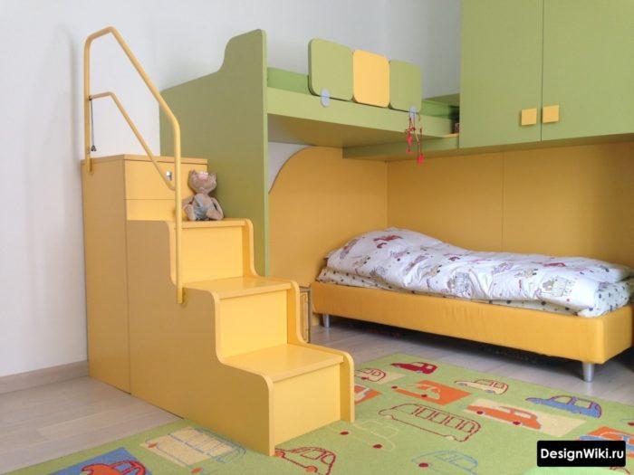 Зелено-желтая мебель в комнате для парней