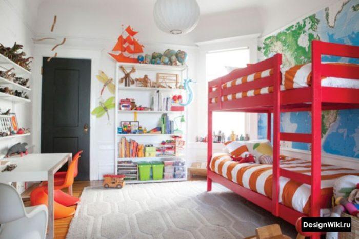 Красная двухъярусная кровать для двух мальчиков