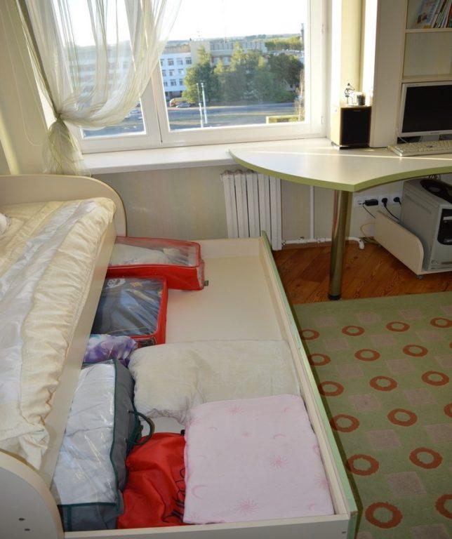 Кровать с выдвижным низом и вещами