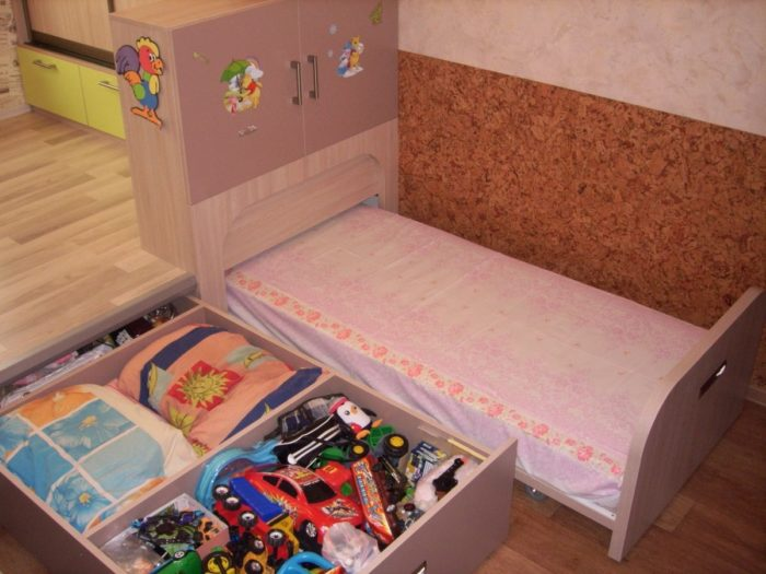 Кровать-трансформер на подиуме в детской