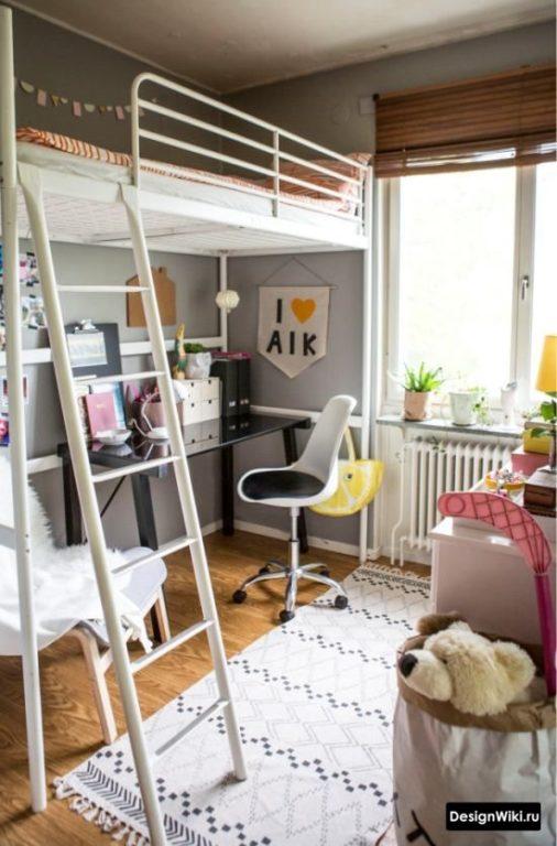 Кровать-чердак с лестницей в детской комнате