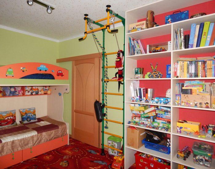 Мебель и турник в детской для мальчиков