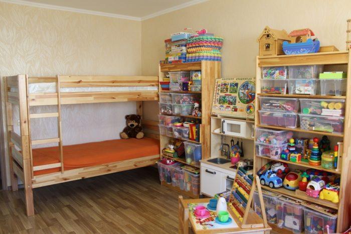 Места хранения игрушек для двух детей в детской