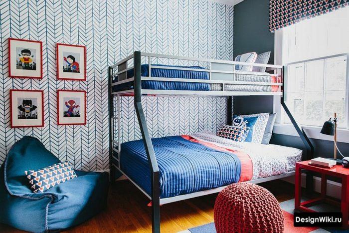 Обои елочкой и двойная кровать в комнате для двух школьников