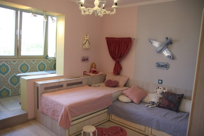 Перпендикулярные кровати в детской для мальчика и девочки