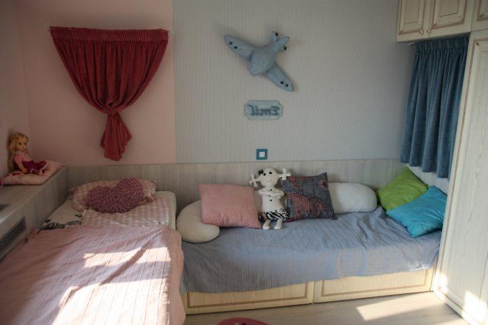 Перпендикулярные кровати в детской комнате