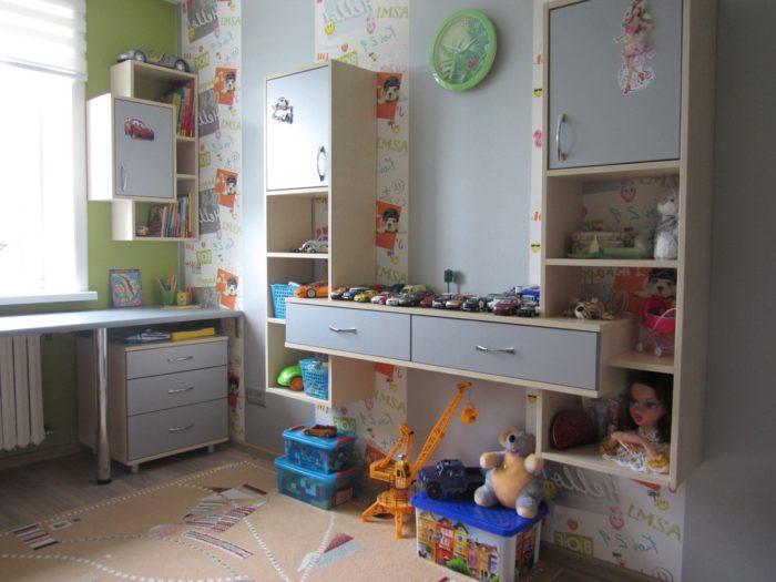 Полки мебель в детской для двух детей