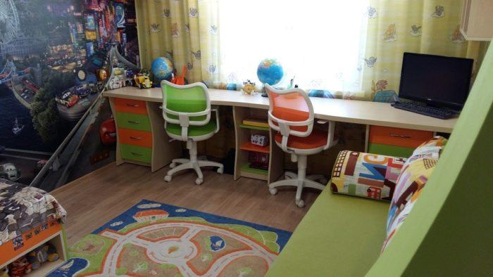 Рабочий стол в детской для мальчиков