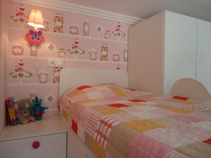 Розовые обои в дизайне детской для двоих детей