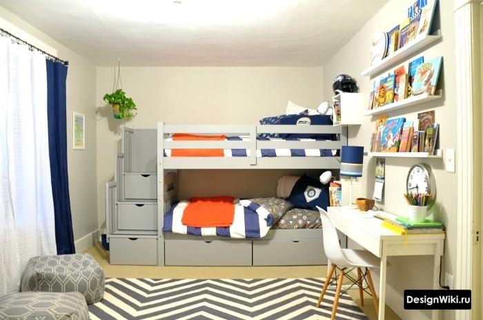 Серая кровать с полками ступеньками на 2 уровень
