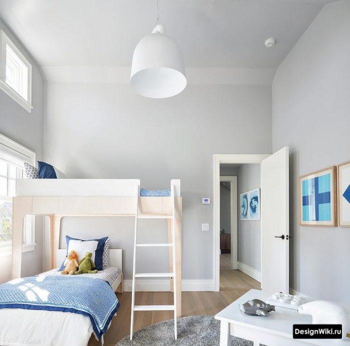 Серые обои и кровать-чердак для мальчиков