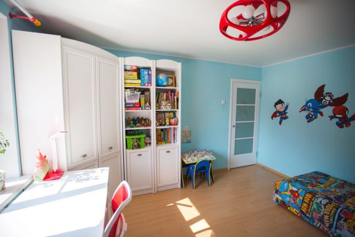 Синие стены в детской для мальчиков