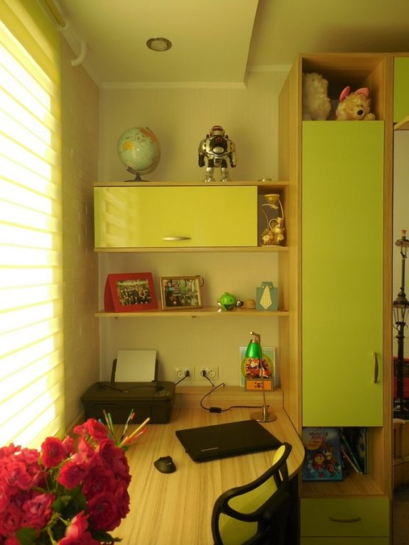 Стол в детской для двоих школьников