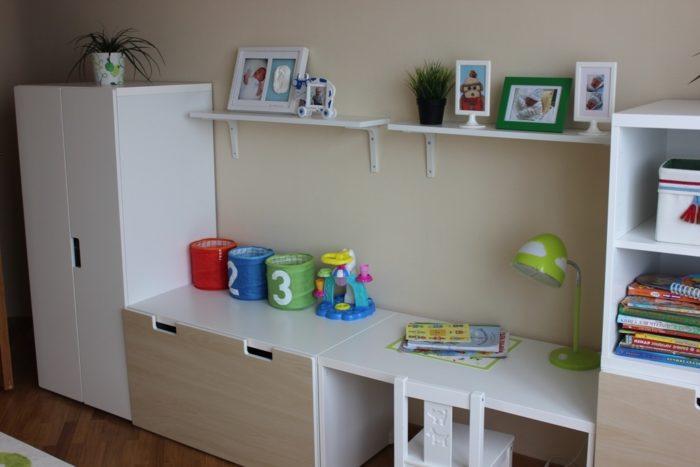 Стол в детской для детсадовцев