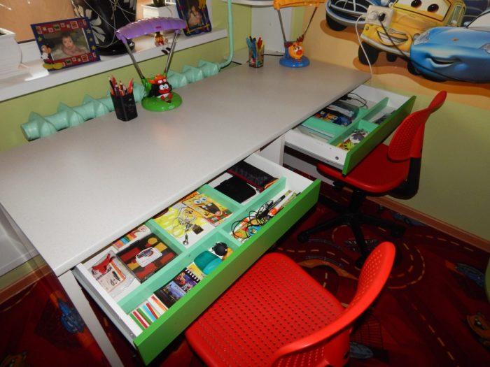 Стол для мальчиков школьников в детской
