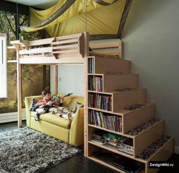 Ступеньки-полки у кровати чердака для мальчика