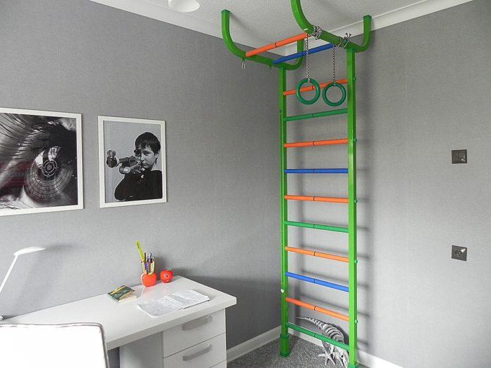 Турник с лестницей в детской