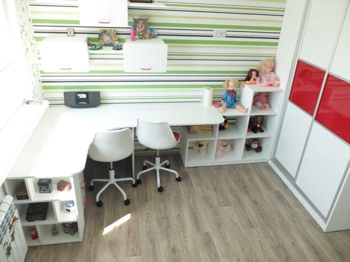 Угловой стол для двоих детей в детской