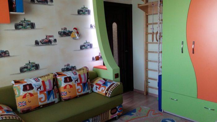 Шведская стенка в детской комнате для двух мальчиков