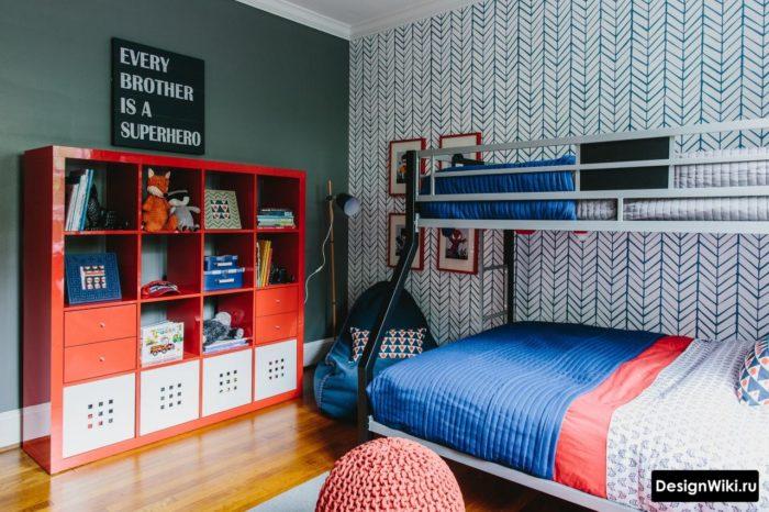 Яркий красный стеллаж для игрушек в детской для двоих мальчиков