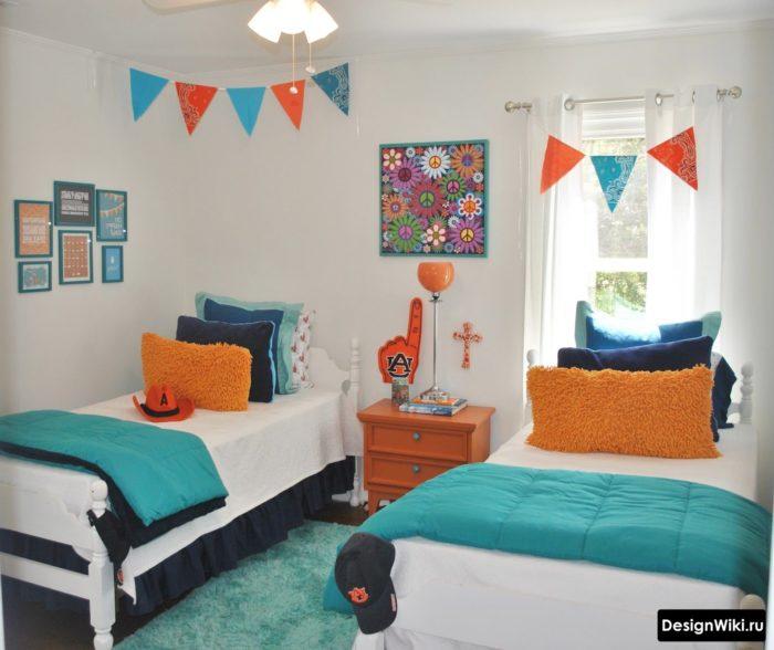 Яркий текстиль в светлой комнате для мальчиков