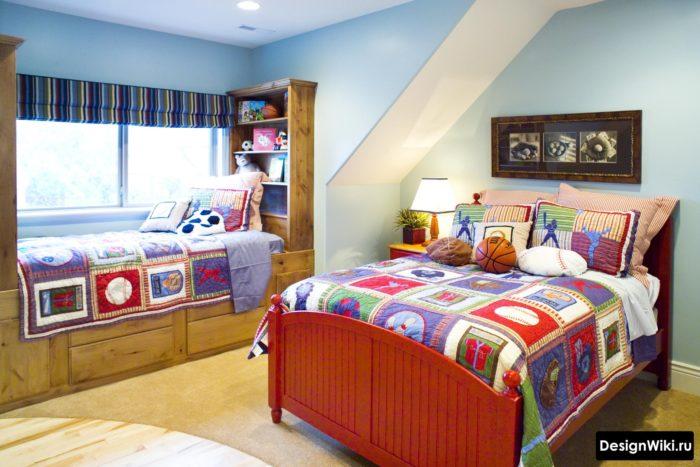 Яркое постельное белье в спальне для двух мальчиков